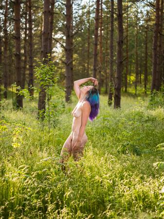야외에서 포즈 젊은 벌 거 벗은 여자의 낭만주의 이미지. 여름 시간 즐기기