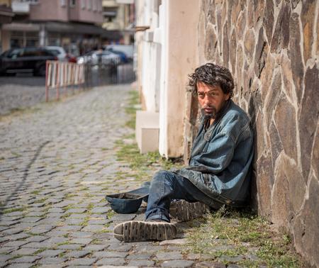 Mendigo nas ruas da cidade. Pedinte sênior