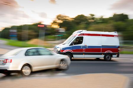 Wypadek samochodowy. Samochód i karetka rozbiły się na drodze miejskiej. Celowe rozmycie ruchu