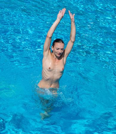 Belle jeune femme se détendre dans la piscine. Brune sexy profitant de l'heure d'été Banque d'images