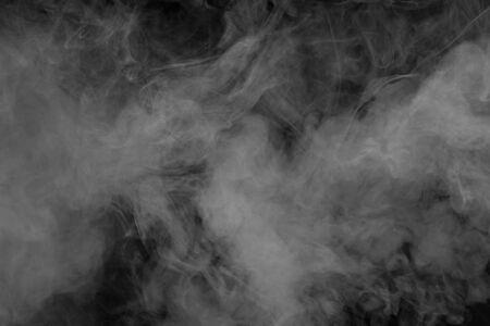 Fumée isolée sur fond noir. Mouvement de fumée blanche. Texture fumée