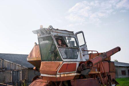 Mujer joven, posar, dentro, viejo, tractor