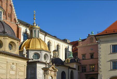 Blick auf die schöne St.-Stanislas-Kathedrale auf dem Schloss Wawel in Krakau, Polen Standard-Bild