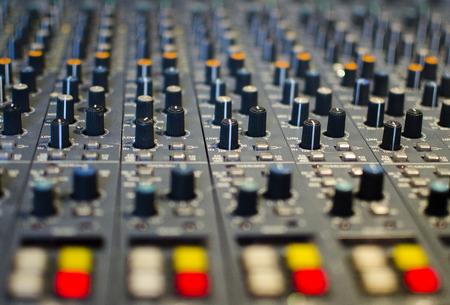 pult: Close up del vecchio mixer audio sporco pult con la parte anteriore e posteriore fuori della messa a fuoco Archivio Fotografico