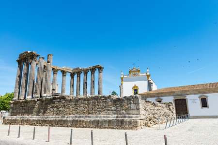 templo romano: Dianna Temple in Evora. Ancient roman temple in the old city of Evora, Portugal Foto de archivo