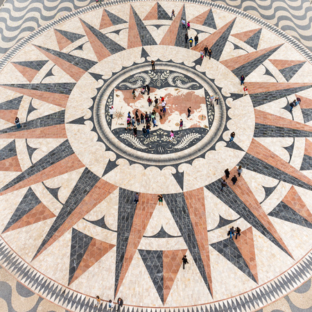 descubridor: Belem, Lisboa, Portugal, 21 de Abril de 2014: Monumento a los Descubrimientos (Padrão dos Descobrimentos), Lisboa, Portugal Editorial