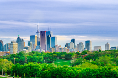 Toronto, Canada - 27 may 2013: Skyline of downtown Toronto, Canada, with Cn Tower in the spring from Riverdale Park East Redakční