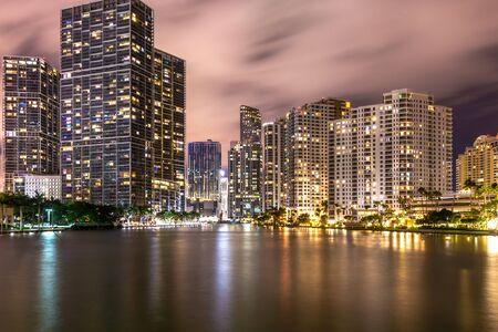 Miami, USA - 12.Juni 2018: Brickell Key Skyline unter Nachtlichtern und Reflexionen in Miami Editorial