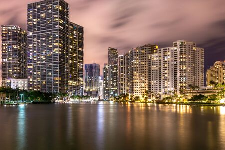 Miami, Verenigde Staten - 12 jun 2018: Brickell key skyline onder nachtverlichting en reflecties in Miami Redactioneel