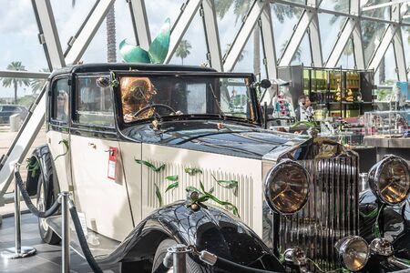 San Petersburgo, Estados Unidos - 16 de junio de 2018: Vista de coche en el museo Salvador Dalí en San Petersburgo