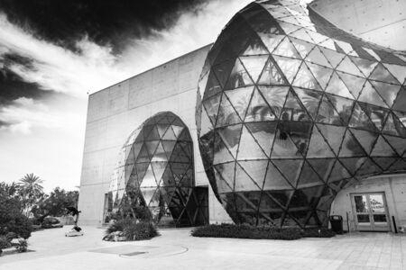 San Petersburgo, Estados Unidos - 16 de junio de 2018: Vista en blanco y negro del museo Salvador Dalí Editorial