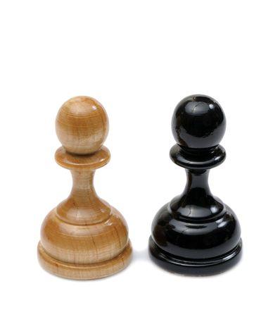 jugando ajedrez: Piezas de ajedrez madera colores claros y oscuros
