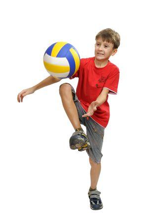 enfant qui joue: Gar�on en chemise rouge joue avec un ballon de soccer.