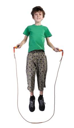 saltar la cuerda: Un ni�o en una camiseta verde saltar la cuerda, aislado en un fondo blanco