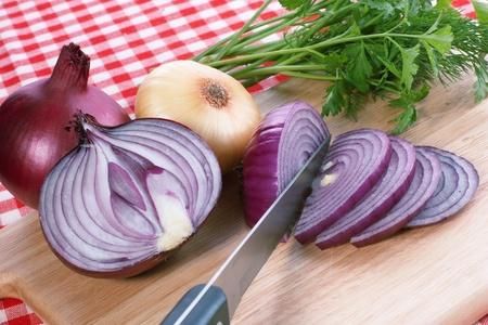cebolla roja: Cuchillo y cebolla roja