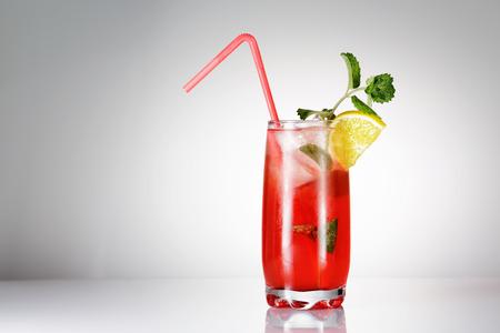 cold background: Singapore Sling cocktail con menta su sfondo sfumato Archivio Fotografico
