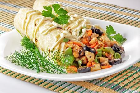 pollo rostizado: Shawarma fresca con pollo y verduras en un plato blanco
