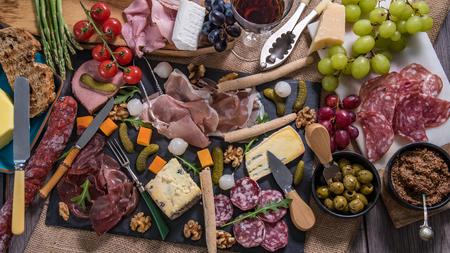 Vista superior de un plato de carne curada (charcutería), jamón, salami, paté y queso Foto de archivo