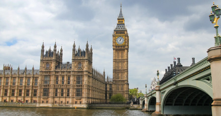 View of the House of Parliament and the Big Ben by Westminster bridge in London Banco de Imagens
