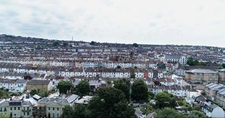 Luchtmening van de het Westenkant van de stad van Brighton, Engeland, met kleurrijke hellende Victoriaanse rijtjeshuizen Stockfoto