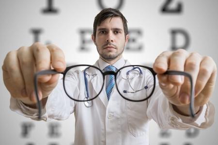 Oculist dokter geeft glazen aan een patiënt. Eye sight testing concept.