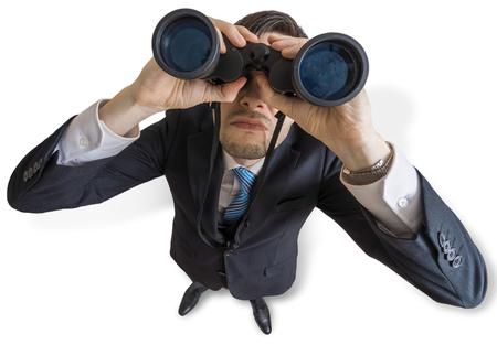 Jonge man kijkt met een verrekijker naar je. Geïsoleerd op witte achtergrond Stockfoto - 77452243