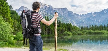 後ろから観光とオーストリアの Almsee でアルプスの近くに湖をハイキングします。パノラマ写真。
