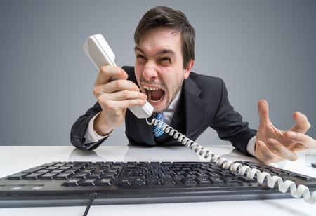 성난 상사 또는 관리자가 전화를 걸고 전화를합니다.
