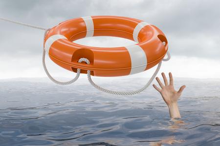 L'homme se noie dans l'océan et attrape une bouée de vie.