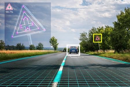 자율 주행 차가 도로 표지판을 인식하고 있습니다. 컴퓨터 비전 및 인공 지능 개념입니다.