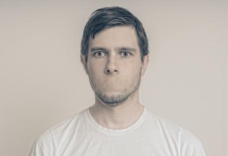 検閲の概念。口のない若い男の顔。 写真素材