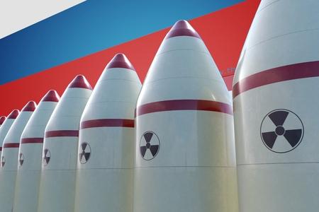 Missiles nucléaires et drapeau russe en arrière-plan. Illustration rendue 3D. Banque d'images - 87591126