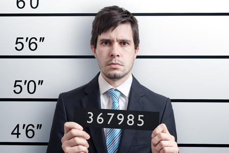 Mugshot del joven culpable en la comisaría. Foto de archivo