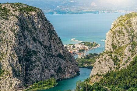 Cetina river flows into Adriatic sea in Omis in Croatia. 版權商用圖片