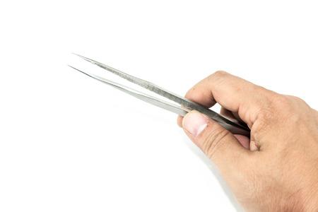hand met metalen pincet isoleren op witte achtergrond Stockfoto