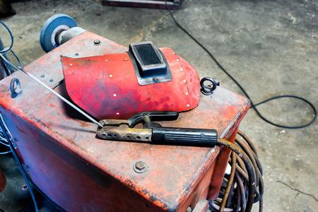 soldadura: Casco de soldadura Rojo con el instrumento abrazadera de alambre Foto de archivo