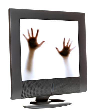 Persona tratando de escapar desde el interior de un monitor de PC