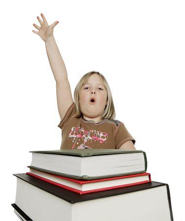 젊은 여성 elemtary 학생 질문에 대한 답변을 제공하기 위해 발생하는 그녀의 손으로