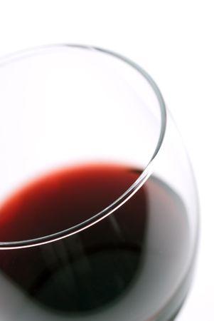 Macro de una copa de vino con someras se centran en los labios de vidrio