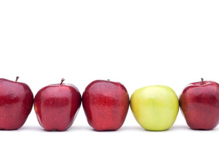 Red apples lined up on a white background with a single different green apple 版權商用圖片