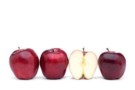 赤いリンゴが 1 つのスライスしたリンゴ、白い背景に並ぶ 写真素材
