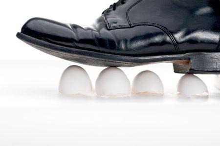 Negro de negocios muestran caminando sobre c�scaras de huevo Foto de archivo