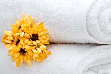 Gele bloemen en witte hand doeken