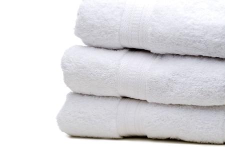 Una pila de toallas de color blanco sobre blanco