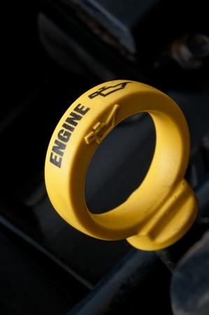 ondiep focus close-up van een gele motor olie oliepeilstokopening
