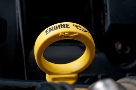 ondiepe focus close-up van een gele motor olie peilstok Stockfoto