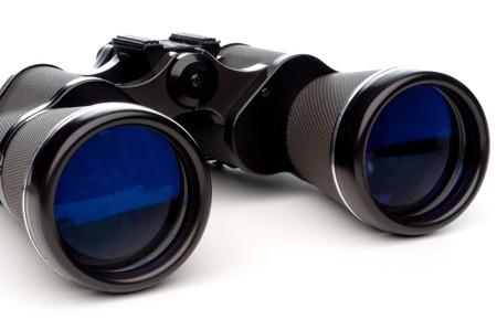 Horizontal close-up de prism�ticos sobre un fondo blanco Foto de archivo