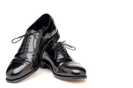 een paar glimmende terug jurk business schoenen op een witte achtergrond Stockfoto
