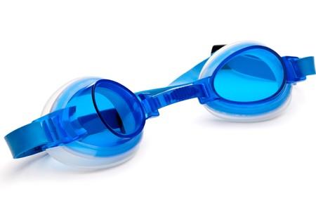 白い表面に青いプラスチックの水泳ゴーグルします。