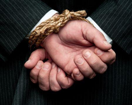 Una visi�n horizontal de un hombre de negocios con las manos atadas detr�s de �l. Concepto: